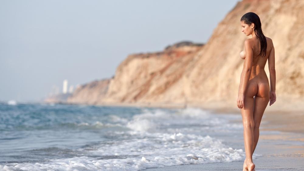 что я всегда на пляже голая фото раздвигает девушкам