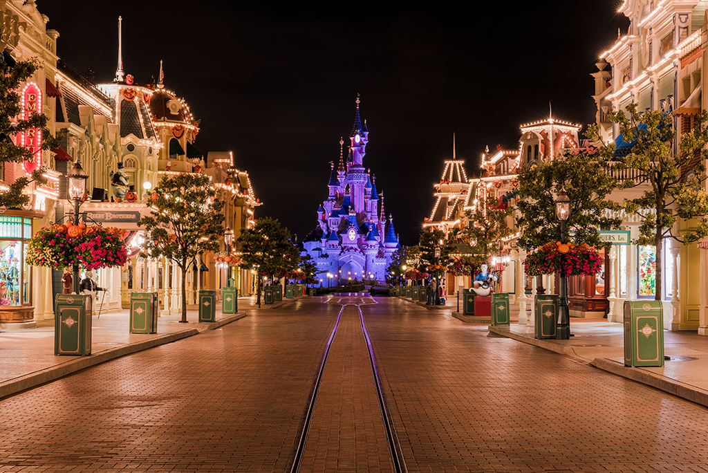 disneyland-paris-main-street-empty-halloween-bricker.jpg