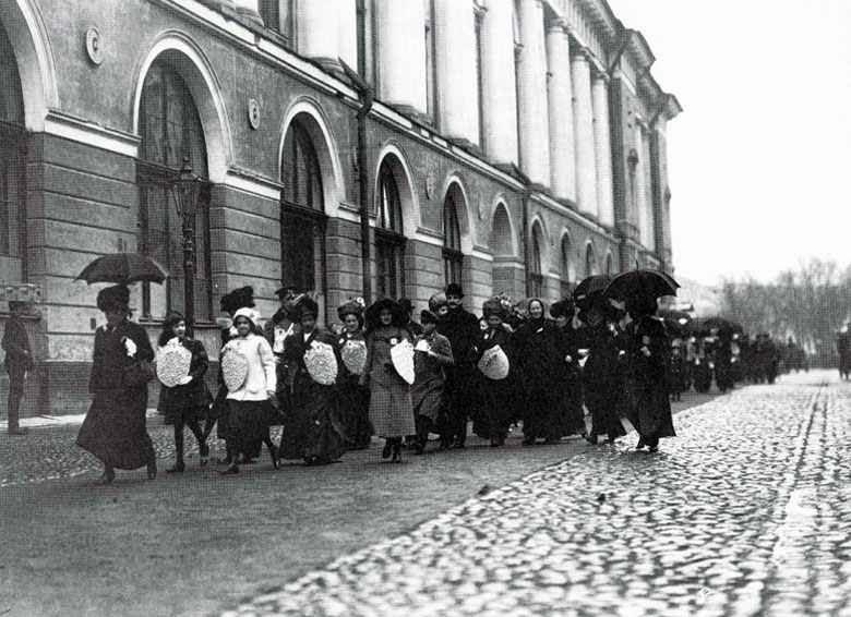 Начало Дня белой ромашки в Петербурге шествие сборщиц по Театральной улице. 1911 (2).jpg