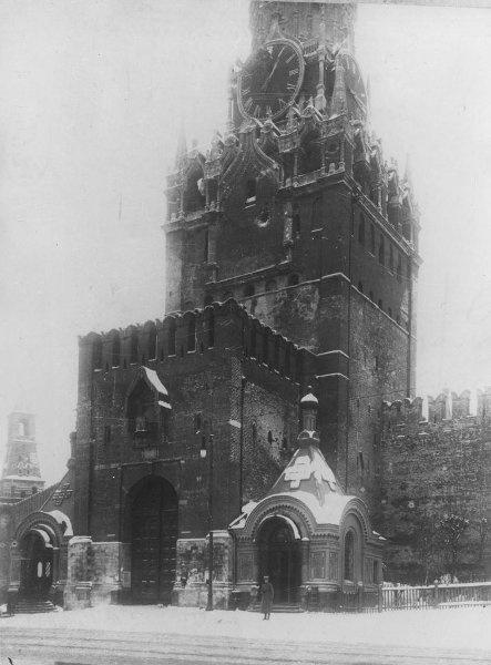 Спасская башня после боев 27 октября – 3 ноября 1917.jpg